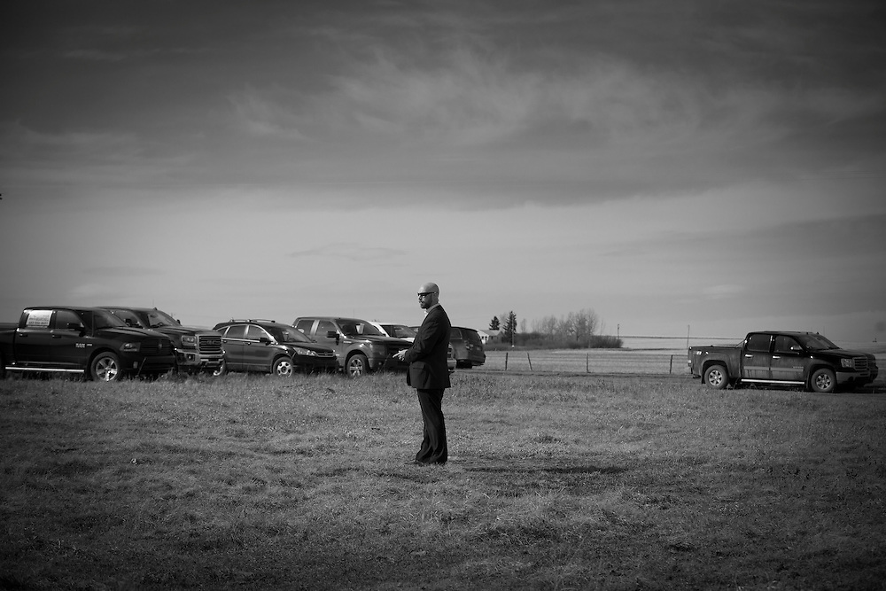 Alberta Premier Jim Prentice addresses ranchers and farmers at an oil well site near Three Hills, Alberta, April 13, 2015. Prentice was campaigning during the Alberta election. REUTERS/Todd Korol