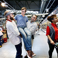 Nederland, Amsterdam , 11 september 2014.<br /> Voor de rubriek Trouwe Klant. Niels den Haan, wordt als trouwe klant van C1000  op handen gedragen door het personeel in de C1000 filiaal aan de Oostelijke Handelskade in Amsterdam.<br /> Foto:Jean-Pierre Jans
