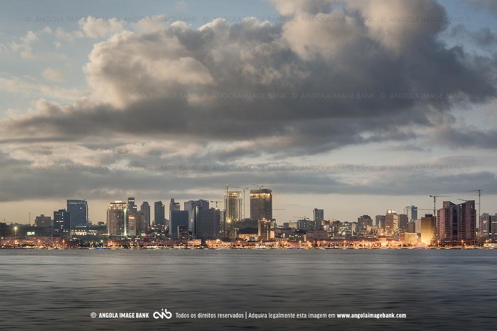 A parte baixa de Luanda de madrugada e vista a partir da Ilha da Kianda. Angola