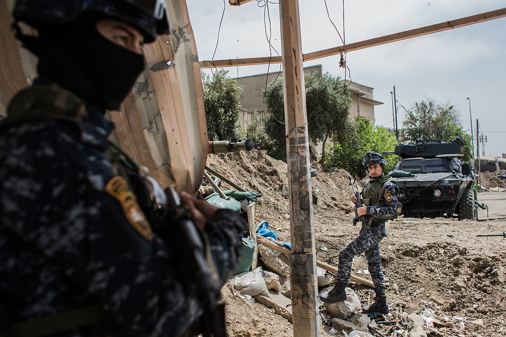 Officers of Iraqi Federal Police Forces are seen at the frontline in West Mosul, Iraq. <br /> <br /> 前線のイラク連邦警察軍の兵士たち。