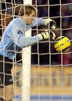 Arni Gautur Arason, Vålerenga, henter ballen ut av mål etter sin gedigne tabbe. Vålerenga - Rosenborg. 23. oktober 2005.Tippeligaen 2005. (Foto: Peter Tubaas/Digitalsport).