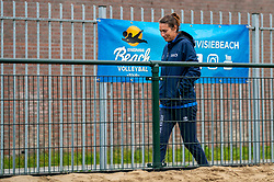 Bondstrainer Angie Akers. From July 1, competition in the Netherlands may be played again for the first time since the start of the corona pandemic. Nevobo and Sportworx, the organizer of the DELA Eredivisie Beach volleyball, are taking this opportunity with both hands. At sunrise, Wednesday exactly at 5.24 a.m., the first whistle will sound for the DELA Eredivisie opening tournament in Zaandam on 1 July 2020 in Zaandam.