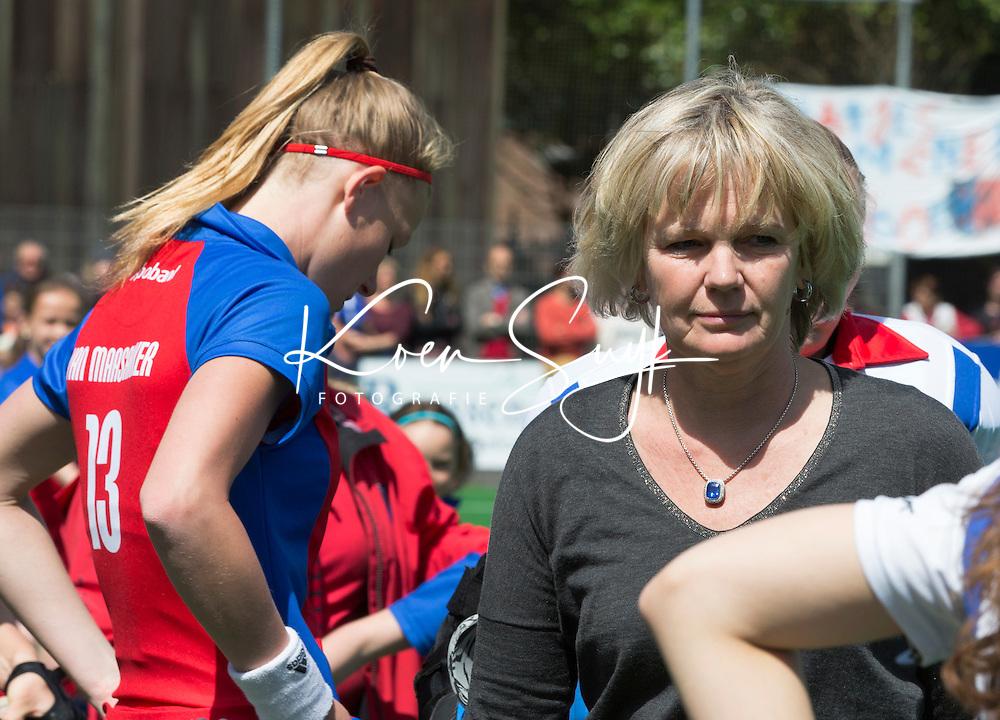 BILTHOVEN - HOCKEY -  coach Nettie van Maasakker (r)   van SCHC    met dochter Caia van Maasakker tijdens    de eerste finale wedstrijd in de hoofdklasse tussen de vrouwen van SCHC en Den Bosch (1-2 GG) . . COPYRIGHT KOEN SUYK