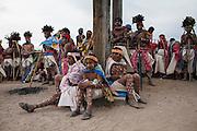 Un grupo de jóvenes rarámuris esperan su turno para continuar danzando en el atrio de la iglesia en Norogachi, México, el 10 de abril de 2009.