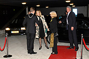 H.K.H. Prinses Máxima woont de uitreiking bij van het Nationale Compliment en Uitreiking MADD-Awards  in het Auditorium van de Rabobank te Utrecht op zaterdag 16 december 2006. / H.R.H. Prinses Máxima attends the presentation  of the National Compliment and the presentation of the MADD awards at the RABO bank in Utrecht. op de foto/On the photo: Princes maxima wordt begroet door J.G.J. Kamp, loco-Commissaris van de Koningin in de provincie Utrecht en de heer drs. H.H. Janssen, loco-Burgemeester van Utrecht.