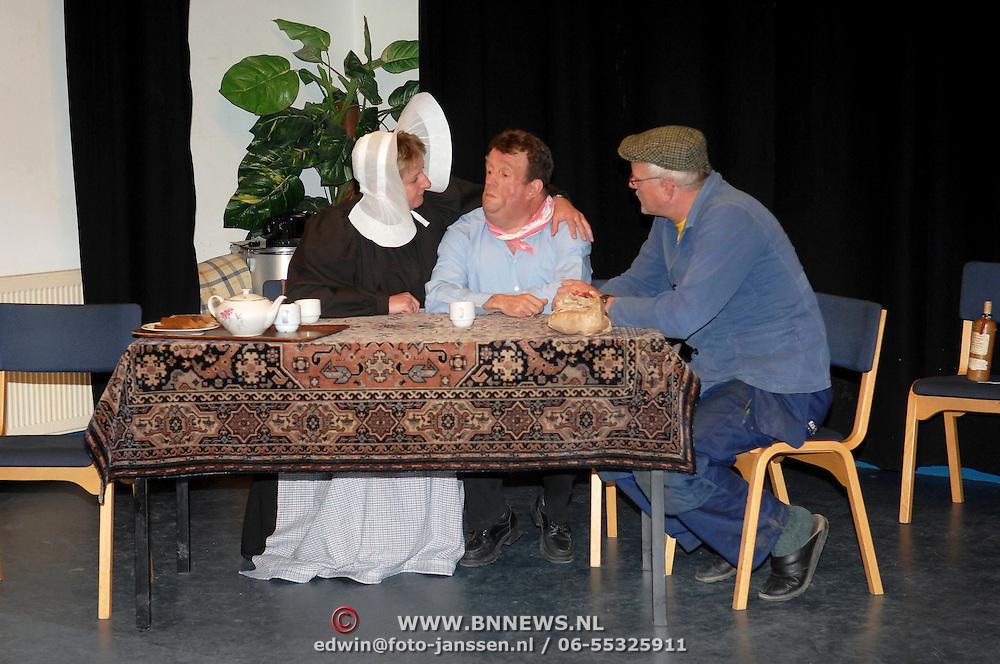 NLD/Huizen/20070404 - Generale repetitie toneelvereniging Ontwaakt in Huizer klederdracht