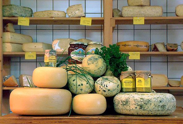 Nederland, Goor, 18-2-2006..Verschillende soorten biologische kaas in een boerderijwinkel. De boer verkoopt zijn producten aan huis...Foto: Flip Franssen/Hollandse Hoogte
