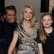 NLD/Laren/20150124 - Modeshow Addy van den Krommenacker Fall Winter 2015 'London revisited', Hedwig Vigelandzoon, presentatrice Pernille la Lau en dochter Nuala