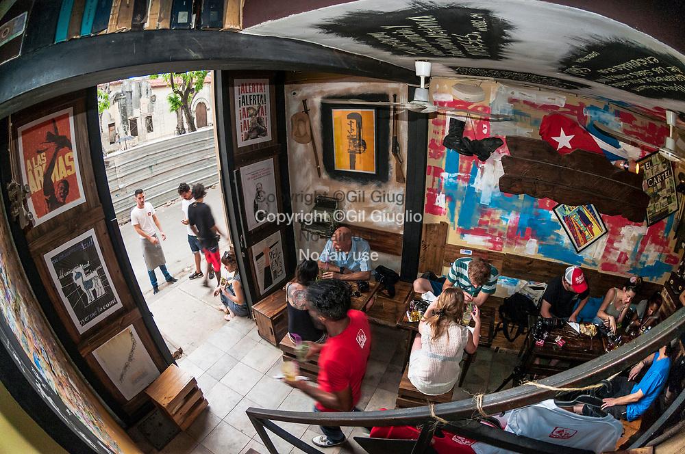 Cuba, La Havane, quartier Habana Vieja, bar tendance El Chanchullero // Cuba, Havana, Habana Vieja quarter , trendy bar El Chanchullero