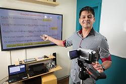 Fábio Alves começou gravando seus programas do You Tube com uma câmera fotográfica. Hoje ele transformou uma sala dentro de casa em um estúdio com equipamentos no qual grava na frente de uma TV de 60 polegadas onde coloca as apresentações de PPT. FOTO: Jefferson Bernardes/ Agência Preview