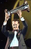 Motor: 15.12.2001 Monaco,<br />Formel-1 Weltmeister Michael Schumacher mit dem Weltmeisterschafts-Pokal am Freitag (14.12.2001) bei der FIA Weltmeister-Gala in Monaco.<br /><br />Foto: Digitalsport