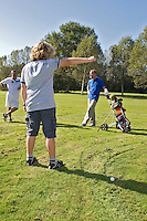 SPAARNWOUDE-Droppen van de bal bij waterhindernis. Beoefenen van de golfsport. FOTO KOEN SUYK