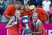 LONDEN - Margot Van Geffen (Ned) en Kitty Van Male (Ned)  met ouders  na het winnen van  de finale Nederland-Ierland (6-0) bij  wereldkampioenschap hockey voor vrouwen.  . COPYRIGHT  KOEN SUYK