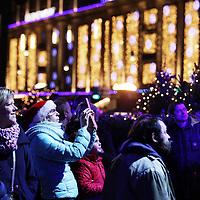 Nederland, Amsterdam , 20 december 2013.<br /> EO's kerstfeest op de Dam.<br /> De Dam is vrijdagavond voor het derde jaar op rij het toneel van het muziekspektakel<br /> 'Kerstfeest op de Dam'. Danny de Munk, Anita Meyer, Edsilia Rombley en Charly Luske vertolken dit jaar met klassieke en moderne (kerst)liederen het kerstverhaal.<br /> <br /> <br /> Het Kerstfeest op de Dam wordt georganiseerd door de EO. Danny de Munk, Anita Meyer, Edsilia Rombley en Charly Luske brengen het kerstverhaal tot leven door klassieke en moderne kerstliederen af te wisselen met populaire liederen die passen bij het kerstverhaal. <br /> <br /> Tussen de optredens door lezen een cliënt van het Leger des Heils en een bekende Nederlander het kerstverhaal voor. Daarmee verbinden zij de liederen en maken het eeuwenoude verhaal over de geboorte van Jezus toegankelijk voor een breed publiek.<br /> <br /> Bert van Leeuwen presenteert ook dit jaar het 75 minuten durende EO-kerstprogramma. Nieuw is de rol van reporter die is weggelegd voor presentatrice Mirjam Bouwman. Zij doet verslag vanaf een andere locatie in Amsterdam.<br /> <br /> Foto:Jean-Pierre Jans