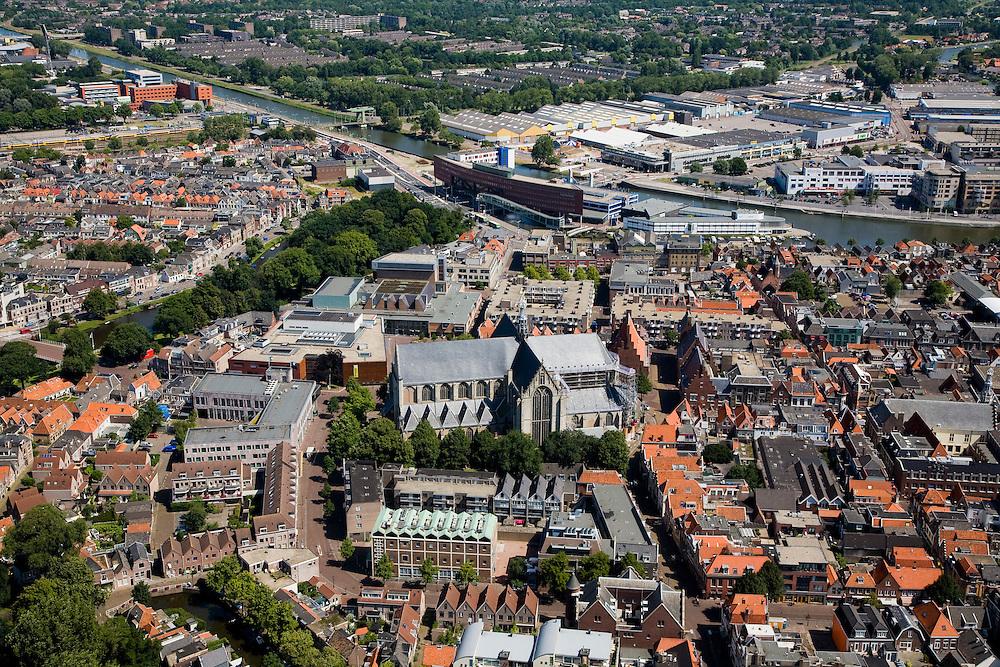 Nederland, Noord-Holland, Alkmaar, 14-07-2008; binenstad met Sint Laurens (Laurenskerk) en stadskantoor aan Noord-Hollandsch kanaal. .luchtfoto (toeslag); aerial photo (additional fee required); .foto Siebe Swart / photo Siebe Swart