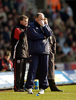 Fotball<br /> Premier League 2004/05<br /> Southampton v Tottenham<br /> 5. mars 2005<br /> Foto: Digitalsport<br /> NORWAY ONLY<br /> Spurs manager Martin Jol cannot bear to watch his team's performance