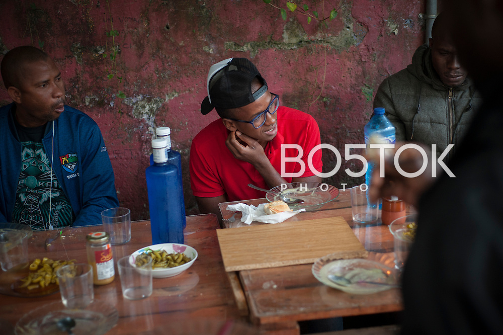 A group of African migrants have dinner in Lakaxita. Irun (Basque Country). August 30, 2018. Lakaxita is a self-managed socio-cultural space located in an occupied house, where voluntiers have created a hosting network for migrants in transit who have already completed the 5-day period that can remain in public resources. This group of volunteers is avoiding a serious humanitarian problem Irún, the Basque municipality on the border with Hendaye. As the number of migrants arriving on the coasts of southern Spain incresead, more and more migrants are heading north to the border city of Irun. (Gari Garaialde / Bostok Photo)
