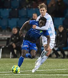 Hans Christian Bonnesen (FC Helsingør) forsøger at stoppe Jubril Adedeji (HB Køge) under kampen i 1. Division mellem HB Køge og FC Helsingør den 4. december 2020 på Capelli Sport Stadion i Køge (Foto: Claus Birch).