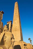Egypte, Haute Egypte, vallée du Nil, Louxor, temple de Louxor classé Patrimoine Mondial de l'UNESCO, statue du pharaon Ramses II et Obelisque // Egypt, Nile Valley, Luxor, The Temple of Luxor, Satue of the pharaoh Ramesses II and Obelisk