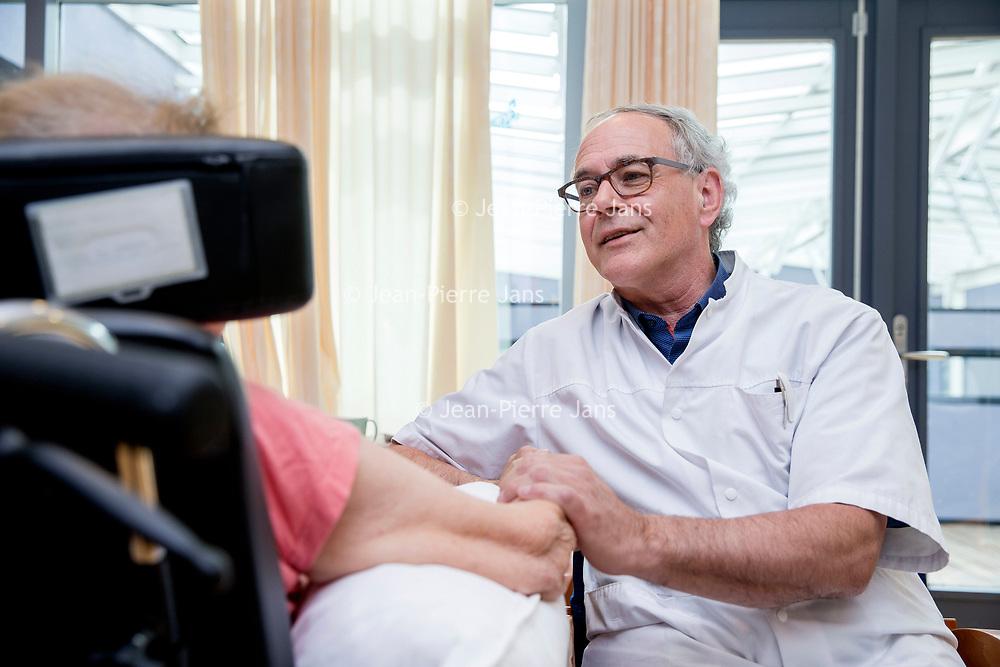 Nederland, Haarlem Zuid, 6 april 2017.<br /> Geriater Kees Kalisvaart. In gesprek met een patient op de geriatrische afdeling van het Spaarne Gasthuis ziekenhuis in Haarlem Zuid.<br /> Foto: Jean-Pierre Jans<br /> <br /> The Netherlands, Haarlem South, April 6, 2017. <br /> Geriatrician Kees Kalisvaart. In conversation with a patient at the Geriatric Department of the Spaarne Guesthouse hospital in Haarlem South. <br /> Photo: Jean-Pierre Jans