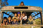 Junge Kinder in einem alten verrosteten Bus,Arunachal Pradesh, Nordost Indien*Young friendly children in a rosting bus,  Arunachal Pradesh, Northeast India