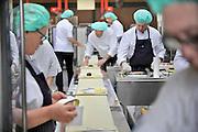 Nederland, Nijmegen, 17-4-2012Centrale keuken van een ziekenhuis. aan de lopende band worden de warme maaltijden voor de patienten opgeschept.Hygiene, dieet, aangepaste voeding.Foto: Flip Franssen