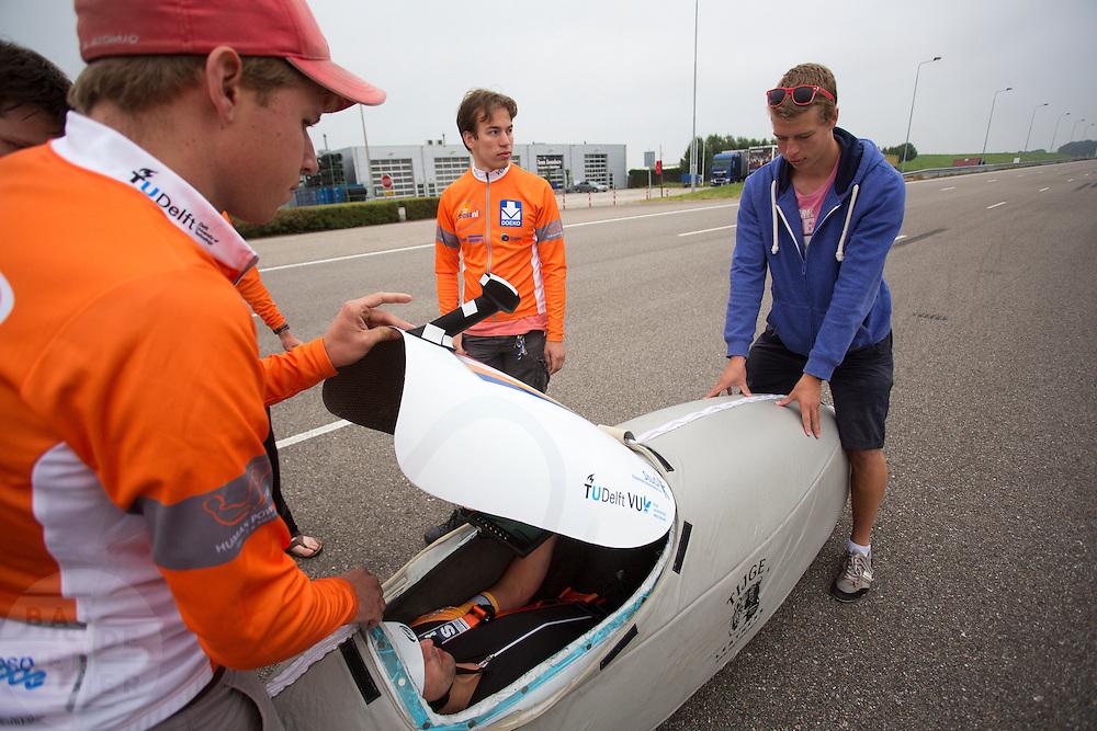Rijder Wil Baselmans zit klaar in de VeloX3. Op de RDW baan bij Lelystad test het Human Powered Team Delft en Amsterdam de nieuwe recordfiets , de VeloX3. Met de speciale ligfiets wil het team dat bestaat uit studenten van de TU Delft en de VU Amsterdam het wereldrecord fietsen verbreken. Dat staat nu op 133 km/h.<br /> <br /> At the RDW test track near Lelystad the Human Powered Team Delft and Amsterdam test the new record bike, the VeloX3. With the special recumbent bike the team, consisting of students of the TU Delft and the VU Amsterdam, wants to set a new world record cycling. The current speed record is 133 km/h.