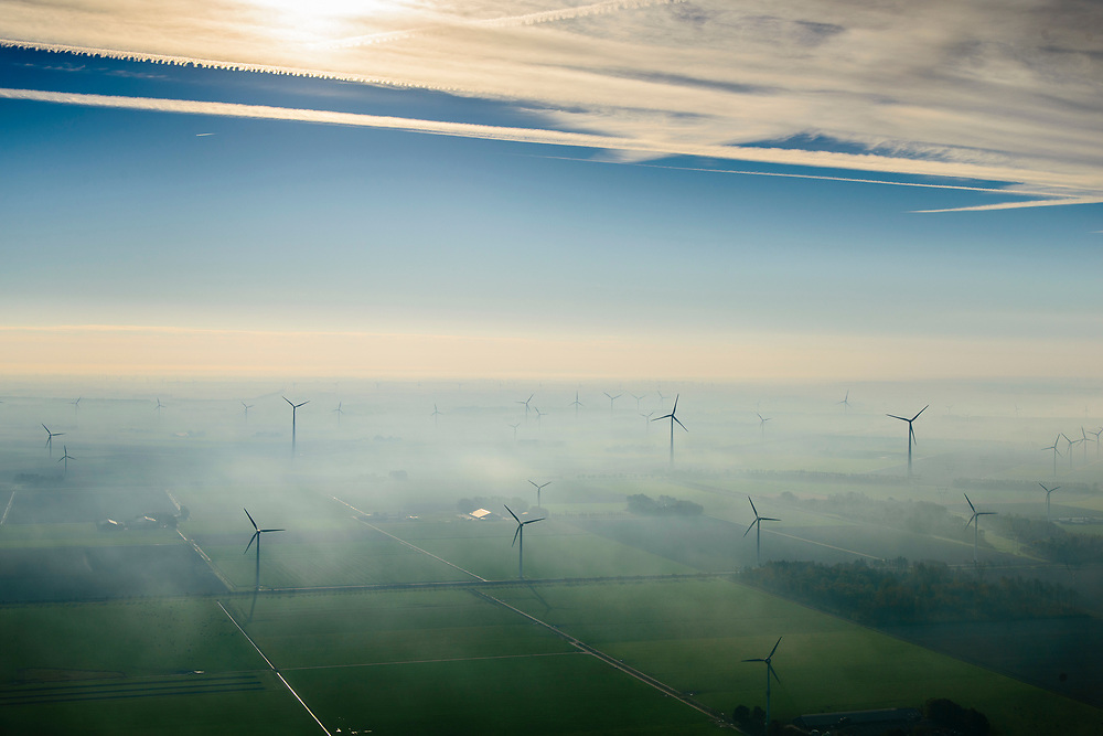Nederland, Flevoland, Lelystad, 04-11-2018; Maximacentrale (voorheen Flevocentrale) van Engie Nederland, op een eigen kunstmatig aangelegd eiland in het IJsselmeer. Twee nieuwe stoom- en gaseenheden (STEG) met aardgas als brandstof, relatief schoon en met hoog-rendement.<br /> Naast de centrale het nieuw aangelegde zonnepark met zonnecollectoren, op de plaats van de oude centrale.<br /> Maxima power plant (formerly Flevocentrale) of Electrabel, on its own artificial island in the IJsselmeer. Two new steam and gas units (CCGT) with natural gas as fuel, relatively clean and high-efficiency (combined cycle units).<br /> Next to the power plant, the newly constructed solar park, on the site of the old power plant.<br /> <br /> luchtfoto (toeslag op standaard tarieven);<br /> aerial photo (additional fee required);<br /> copyright© foto/photo Siebe Swart