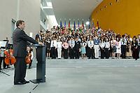 """09 JUL 2003, BERLIN/GERMANY:<br /> Gerhard Schroeder, SPD, Bundeskanzler, haelt eine Rede, waehrend einem Empfang fuer 80 New Yorker Jugendliche im Rahmen des Projekts """"Bruecke New York - Berlin"""", Bundeskanzleramt<br /> IMAGE: 20030709-03-003<br /> KEYWORDS: Gerhard Schröder<br /> USA, U.S.A."""