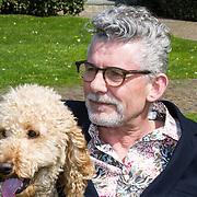 NLD/Noordwijk/201805012- Lentepresentatie Rcik Engelkes Producties, John Buijsman met zijn hond