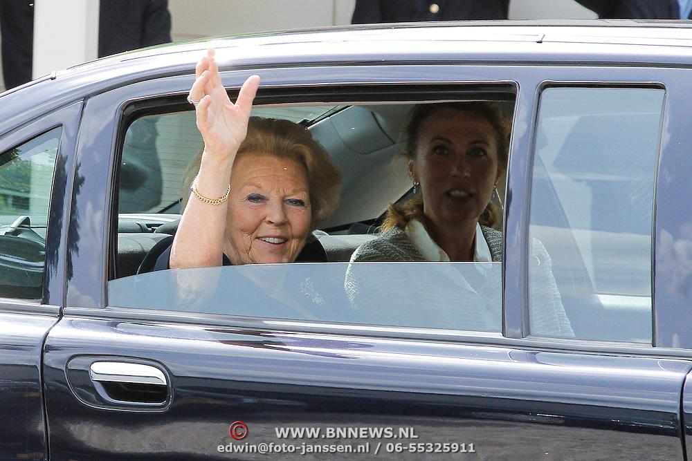 NLD/Loosdrecht/20120623 - Koningin Beatrix bezoekt vlootschouw nij het 100 jarig bestaan van watersportvereniging WNL  , Koningin Beatrix xwaait vanuit de auto
