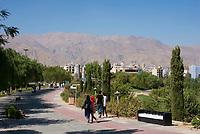Iran, Tehran, 05.09.2016: Ab-o-Atash Park in Teheran mit Blick auf die nördlichen Stadtgebiete.