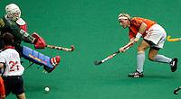 WK Hockey (mannen). Nederland-Spanje. Remco van Wijk slaat de bal langs de Spaanse doelman Bernardino Herrera maar ziet zijn schot gstopt worden door de Spanjaard Perez.(l).