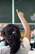 Nederland, Nijmegen, 29-9-2011Basisschool. Een leerling steekt haar vinger in de lucht om de attentie van de leraar te krijgen.Foto: Flip Franssen/Hollandse Hoogte