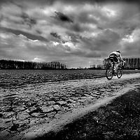Frankrijk, Pont-Thibaut a Ennevelin, 11-04-2010.<br /> Wielrennen, Paris - Roubaix.<br /> Na Fabian Cancellara helemaal niets, hij heeft een paar kilometer hiervoor een beslissende voorsprong genomen.<br /> Foto: Klaas Jan van der Weij