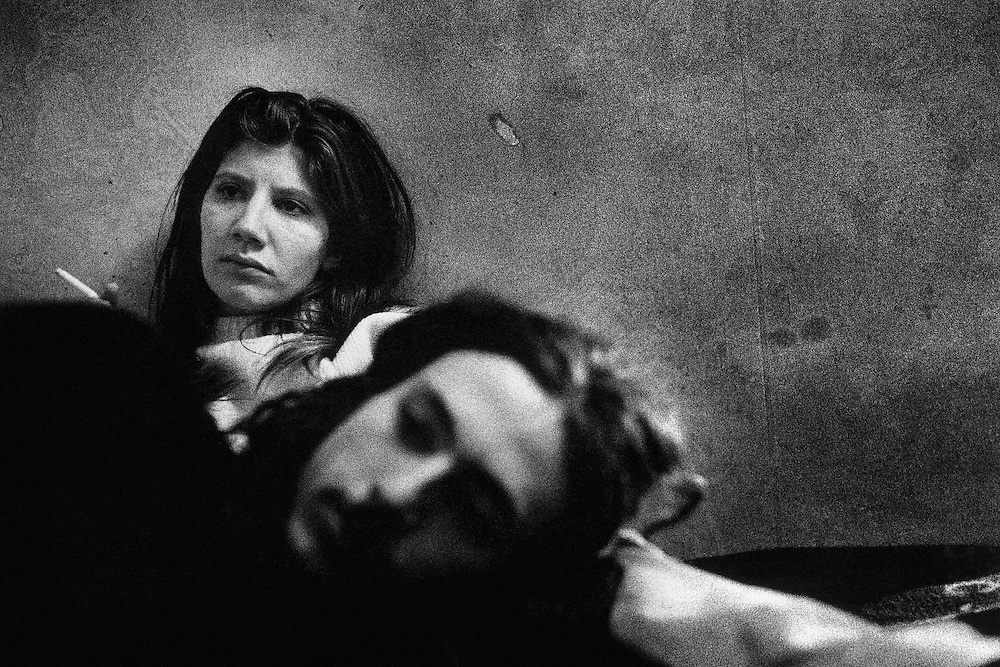 Paris, 1995. Loup et Nathalie dans leur chambre. Sans revenu, ils n'ont d'autres perspectives que de trouver le minimum au quotidien.