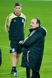 EINDHOVEN, THE NETHERLANDS - Monday, December 8, 2008: Liverpool's manager Rafael Benitez and captain Steven Gerrard MBE training at the Philips Stadium ahead of the final UEFA Champions League Group D mach against PSV Eindhoven. (Photo by David Rawcliffe/Propaganda)