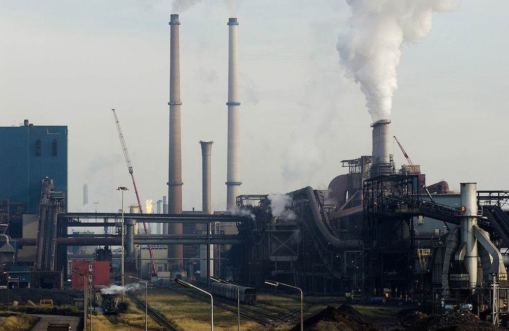 Nederland, IJmuiden/Beverwijk, 30 okt 2002..Corus, voormalig Hoogovens. Zicht op staalfabriek,  schoorstenen en rook..Milieuvervuiling, luchtvervuiling. Corus is een van de grootste vervuilers van het land. co2 uitstoot, .opwarming klimaat...Foto (c) Michiel Wijnbergh/Hollandse Hoogte