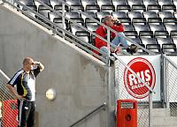 Fotball NM Rosenborg - Mandalskameratene 1-0<br /> Hovedtrener Per Mathias Høgmo og en publikumer ser kanskje etter positive tegn i RBK' spill?<br /> Foto. Carl-Erik Eriksson. Digitalsport