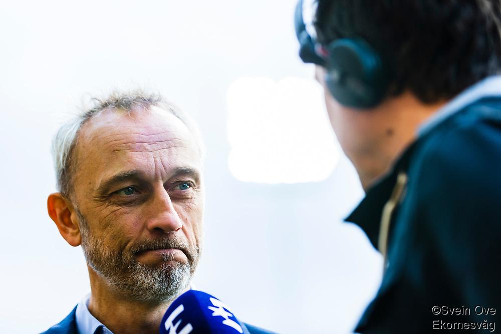 1. divisjon fotball 2018: Aalesund - Levanger (4-0). Aalesunds trener Lars Bohinen intervjues av Herman Ekeberg før kampen i 1. divisjon i fotball mellom Aalesund og Levanger på Color Line Stadion.