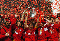 Fotball<br /> UEFA Champions League 2004/2005<br /> Finale<br /> Foto: Fotosports/Digitalsport<br /> NORWAY ONLY<br /> <br /> 25.05.2005<br /> Milan v Liverpool<br /> <br /> Steven Gerrard celebrates and Liverpool Team Celebrate with European Cup. John Arne Riise<br /> <br /> Ataturk Olympic Stadium in Istanbul