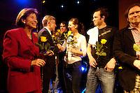 """22 MAR 2006, BERLIN/GERMANY:<br /> Horst Koehler (2.v.L.), Bundespraesident, und Eva Luise Koehler (L), Gattin des Bundespraesidenten, mit Mitgliedern der Band """"Juli"""", Eva Briegel, Simon Triebel und Stefan Stoppok von """"Stoppok"""", Akteuren der Veranstaltung """"Bellevue unplugged"""" mit Rock- und Popmusik, Schloss Bellevue<br /> IMAGE: 20060322-03-033<br /> KEYWORDS: Horst Köhler, Eva Luise Köhler"""