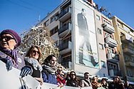 Décembre 2017. Kosovo : 10ème anniversaire de l'indépendance. Des membres de l'ONG Youth Initiative for Human Rights (YIHR) participent à une manifestation lors de la semaine internationale des droits humains sous le regard d'Ibrahim Rugova, écrivain et premier président du Kosovo entre 2002 et 2006. L'ONG met en place des projets pour créer des ponts entre les jeunes albanais et serbes au Kosovo pour éviter la résurgence de conflits éthiques. Pristina. Prishtina.