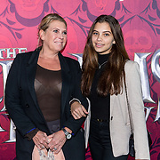 NLD/Amsterdam/20191201 - Nederlandse premiere The Addams Family, Fenna Hill met haar moeder