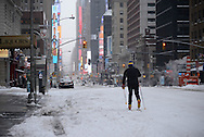 New York, Manhattan under the snow. States ban travel because of an  historic blizzard . no cars allowed in the street / Manhattan sous la neige