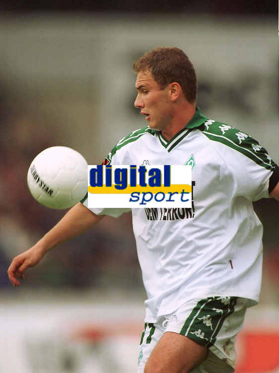 Fotball: Bundesliga 2001/2002. Keine Macht dem Terror-Trikot<br />Ivica BANOVIC,  Fussballspieler Werder Bremen