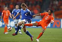 Fotball<br /> VM-kvalifisering<br /> Nederland v Finland<br /> 13. okober 2004<br /> Foto: Digitalsport<br /> NORWAY ONLY<br /> MIKA VAYRYNEN (FIN) / DENNY LANDZAAT (NET)