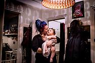 Molly, på knap 1 år, er født døv. Men takket være en CI-operation (Cochlear Implants) kan hun høre igen. <br /> Molly er lige kommet ud af aftenbadet få dage inden operationen. Den manglende hørelse gør at hun er meget opmærksom på lys- ikke mindst den store loftslampe i entreen.