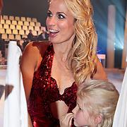 NLD/Hilversum/20110204 - 2e Liveshow Sterren Dansen op het IJs 2011, Vivian Reijs en dochter Day