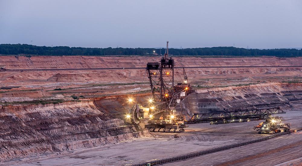 Elsdorf, DEU, 06.06.2018<br /> <br /> Nachtaufnahme des Braunkohletagebaus Hambach. Der von der RWE Power AG betriebene Braunkohletagebau Hambach erstreckt sich im Rheinischen Braunkohlerevier zwischen dem Rhein-Erft-Kreis und dem Kreis Dueren.<br /> <br /> The Hambach opencast lignite mine operated by RWE Power AG extends in the Rhenish lignite mining region between the Rhine-Erft district and the Dueren district in Germany´s most western part.<br /> <br /> Foto: Bernd Lauter/berndlauter.com
